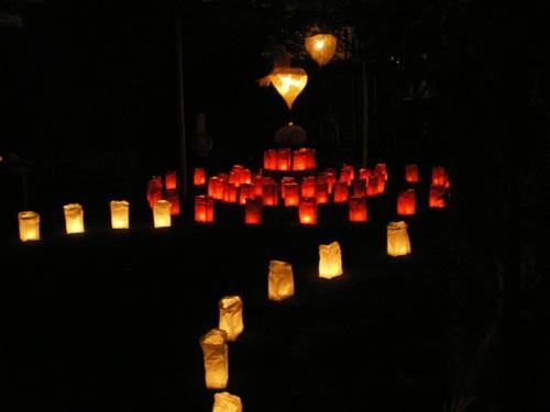 民家の庭の灯明